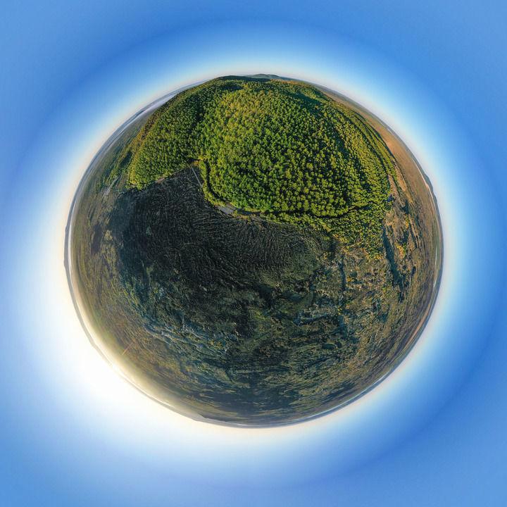 五大连池世界地质公园老黑山附近日出时分的景观(8月31日摄,无人机全景照片)。新华社记者 谢剑飞 摄
