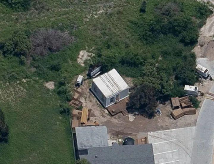 马斯克居住的 37 平方米小房子. 图片来自:Boss Hunting
