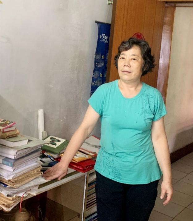 夫人贺春兰(在西安家里捐赠图书等)