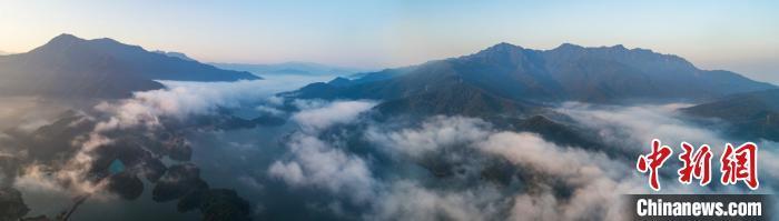 江西武宁县柳山和山下的村庄则是在云雾缭绕里时隐时现,犹如仙境。 张项理 摄