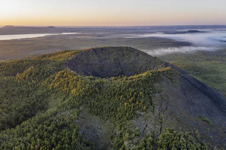 日出时分的五大连池世界地质公园老黑山(8月31日摄,无人机照片)。新华社记者 谢剑飞 摄