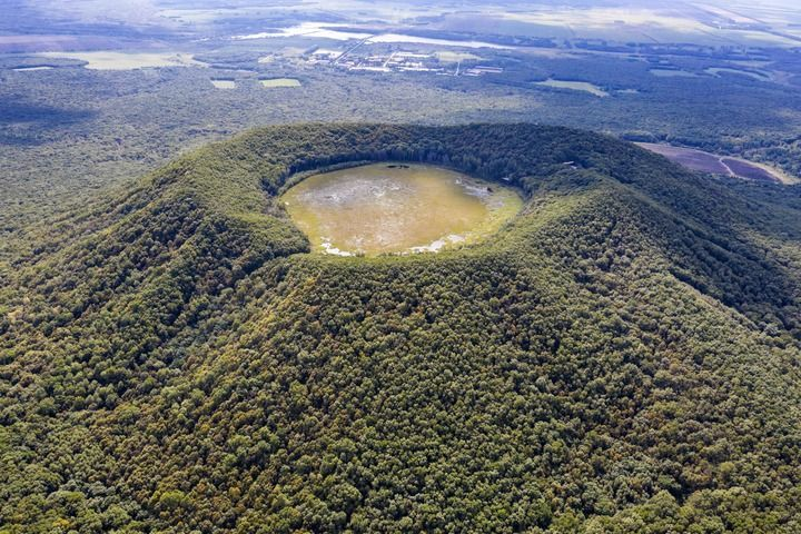 五大连池世界地质公园南格拉球山天池(9月2日摄,无人机照片)。新华社记者 谢剑飞 摄