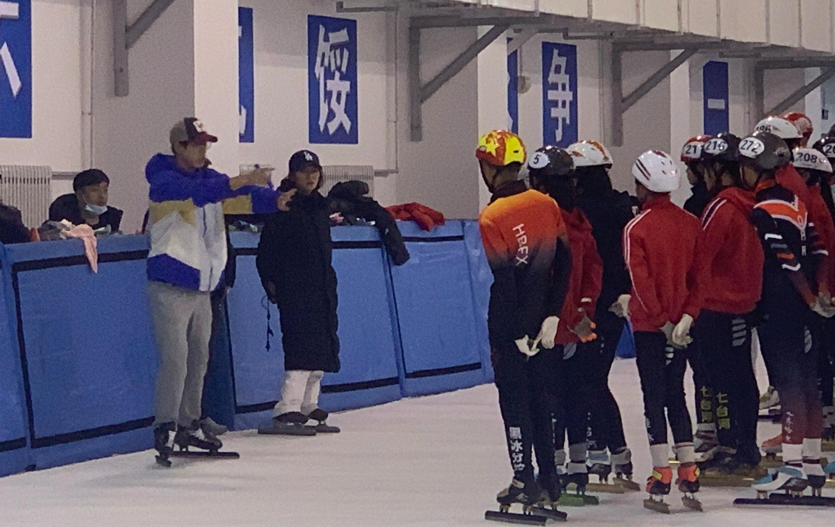 李成勋在七台河速滑馆指导队员训练