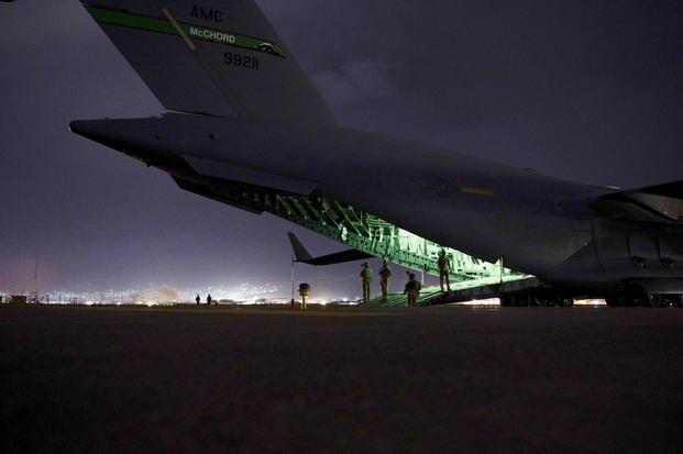 8月30日晚准备从喀布尔机场起飞的美军C-17运输机
