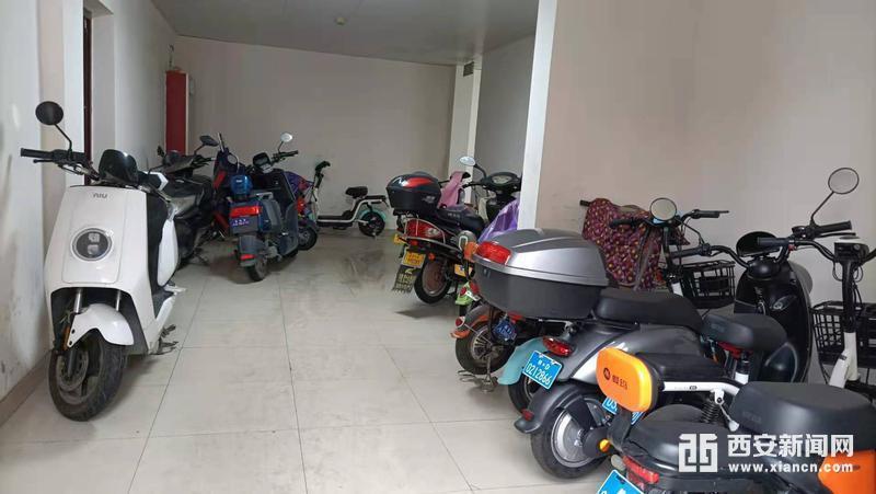 长乐坊小区A座公共门厅停放着多辆电动自行车