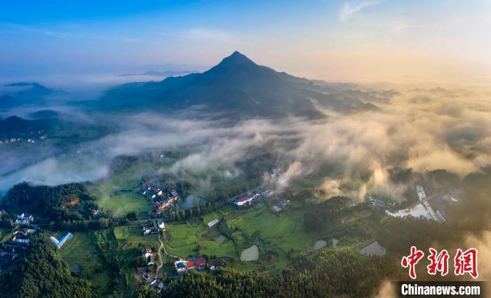 航拍江西武宁县山村在云雾缭绕里时隐时现,犹如仙境。 张项理 摄
