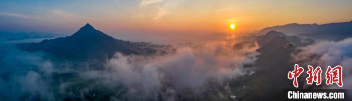 8月31日,一场大雨过后,江西省九江市武宁县石渡乡盘溪村升起了壮观的平流雾。 张项理 摄