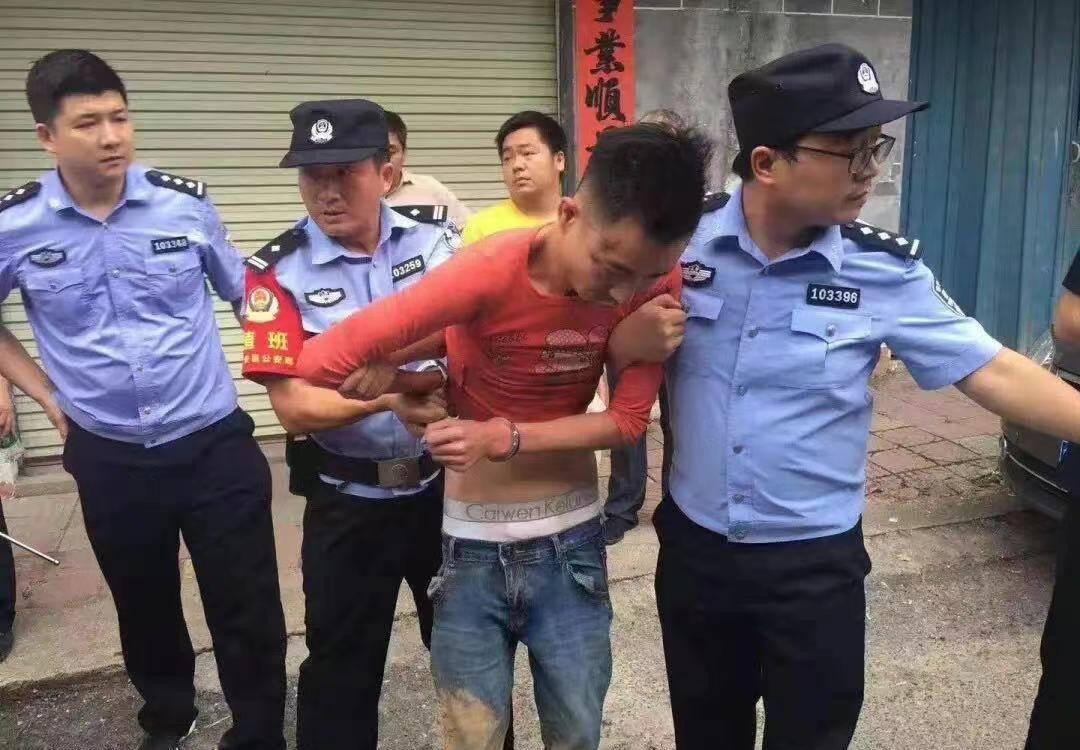 被警方抓獲時,謝某已經換了衣服,不再是剛逃跑時的一身黑衣。來源:@吉安公安