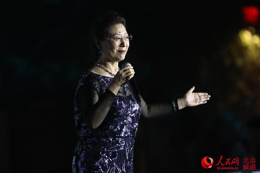 知名歌唱家关牧村献唱长城文化节开幕式。人民网 尹星云摄