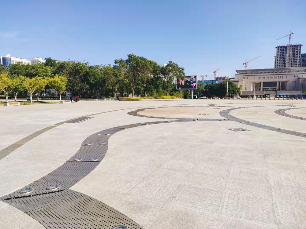 男童被广场喷泉冲至半空摔地抢救11天后去世 家长:已起诉 仍