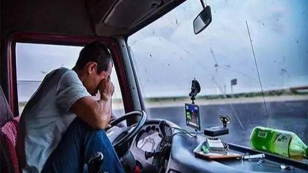 央视曝光内蒙古交警随意处罚货车司机 过往货车司机称习惯了
