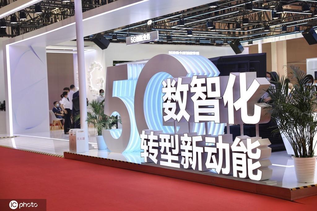 (图:2021年9月1日,2021世界5G大会展览现场,华为展区展示多项应用场景。)