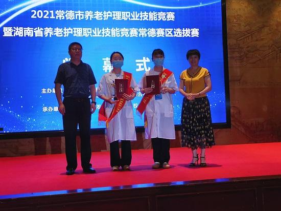 市民政局领导为二等奖获得者颁奖