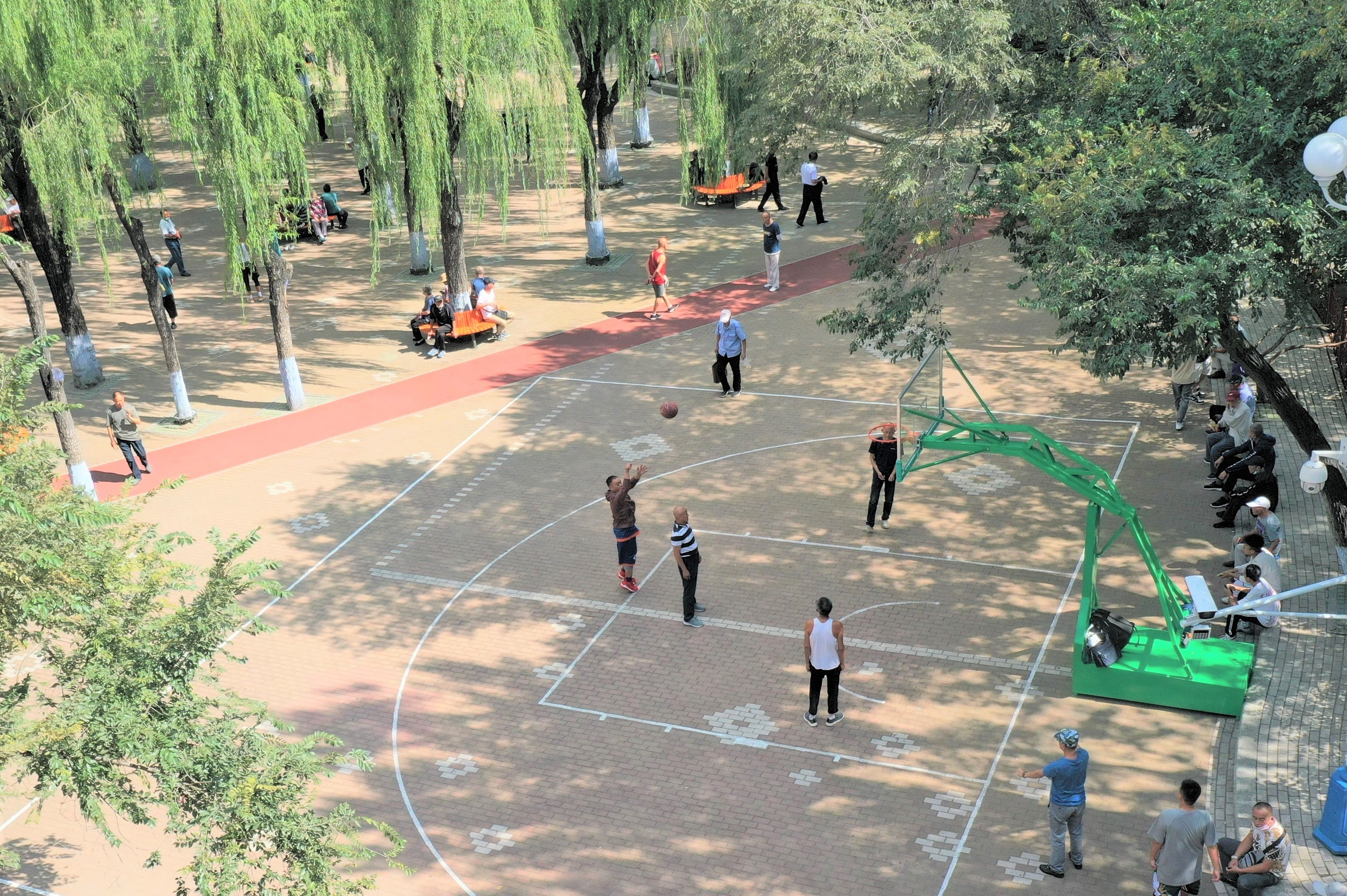 建国公园内增设的篮球场地