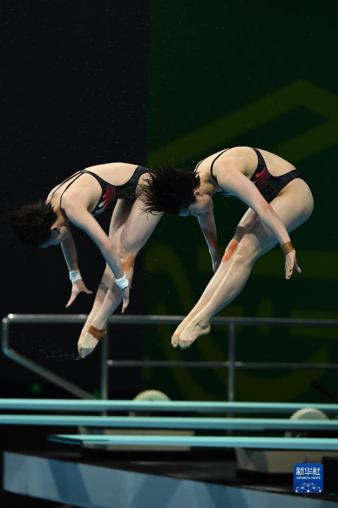 9月6日,广东队选手罗春晓(右)/何妍伟在女子团体10米双人跳台比赛中,她们以222.78分获得第一名。