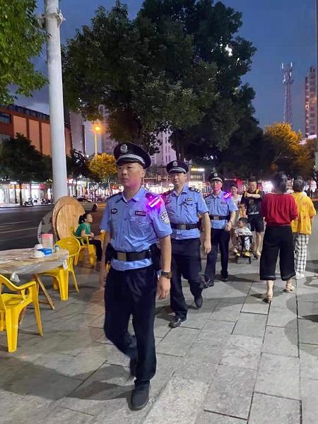 民警正在巡逻