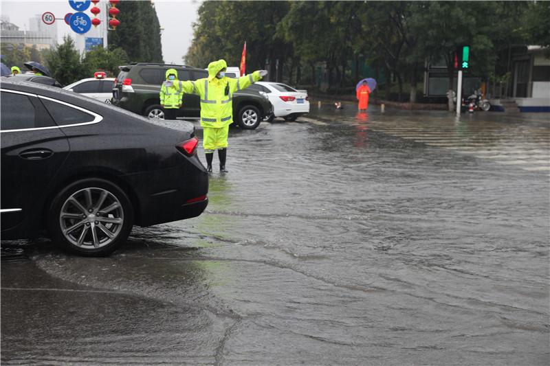 商丘交警雨中执勤 为群众出行保驾护航