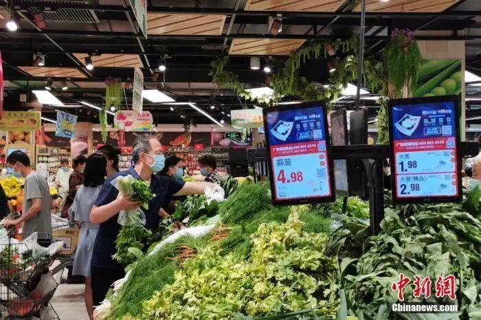 资料图:河南省郑州市的市民在一家大型超市选购蔬菜。中新社记者 韩章云 摄