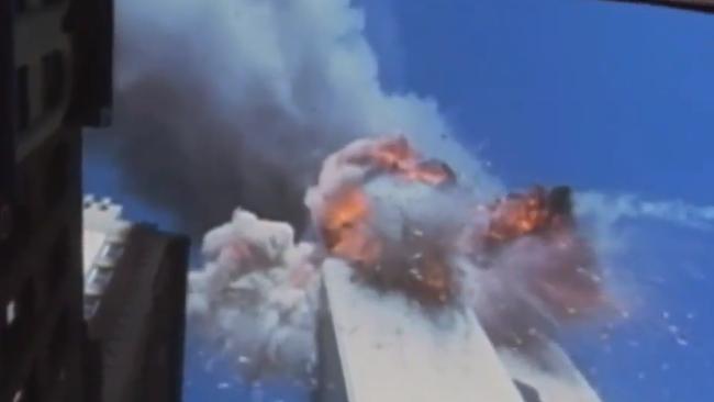 两架飞机接连撞上世贸双子塔 建筑碎片漫天飞舞