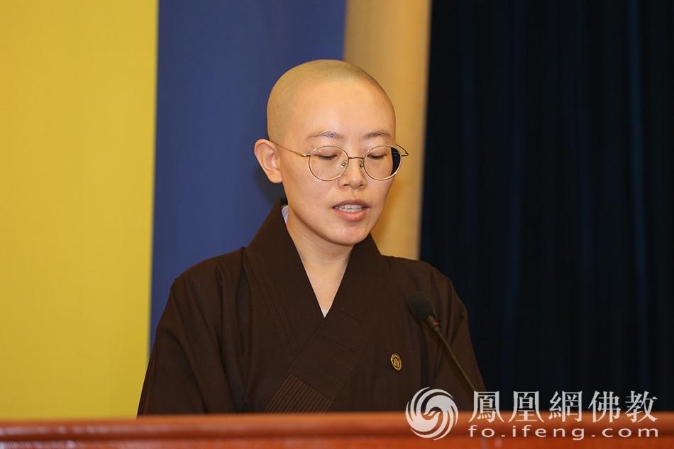 2021级研究生班新生代表智琳法师(图片来源:凤凰网佛教 摄影:普陀山佛教协会)