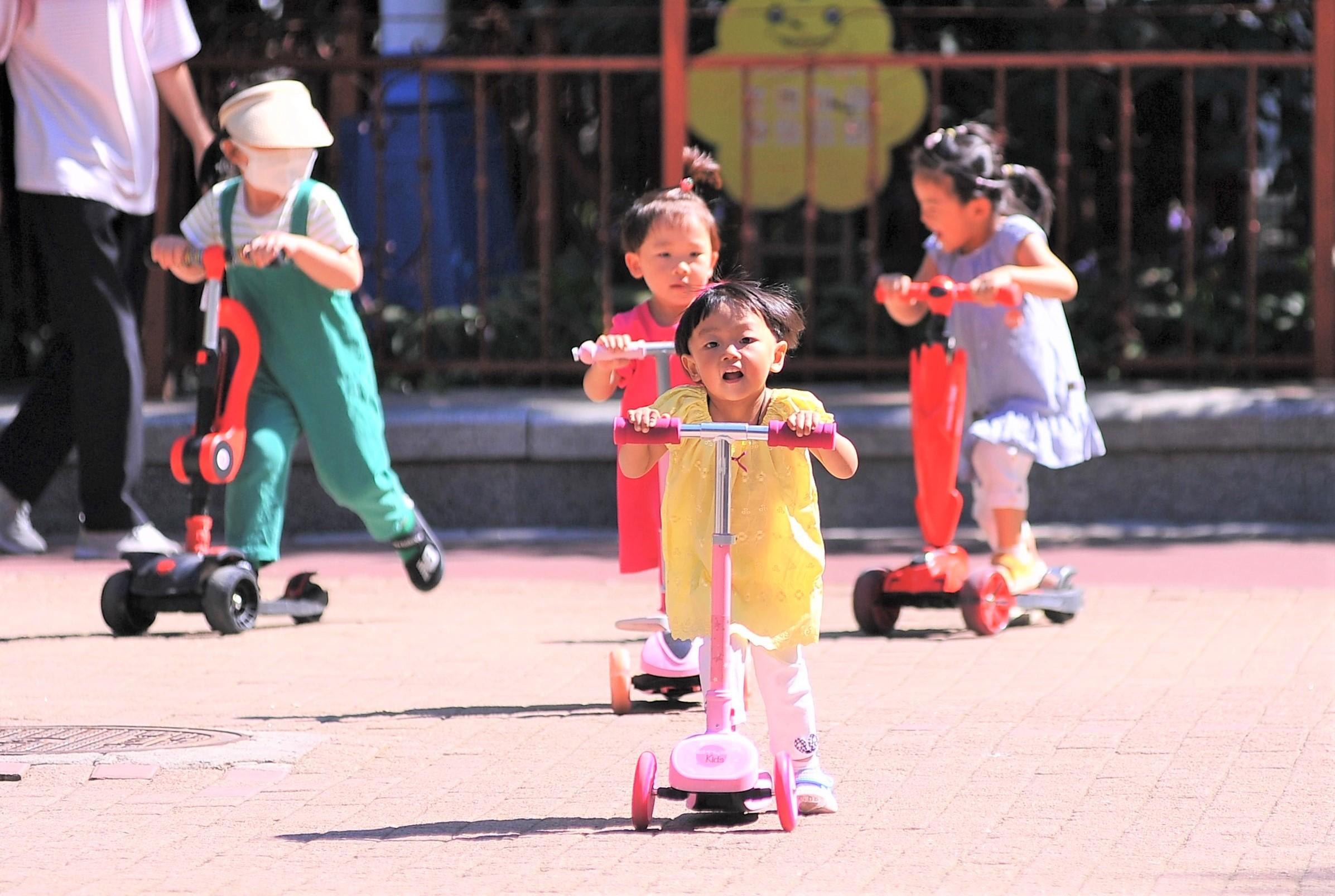 建国公园内孩子们在高兴地玩耍