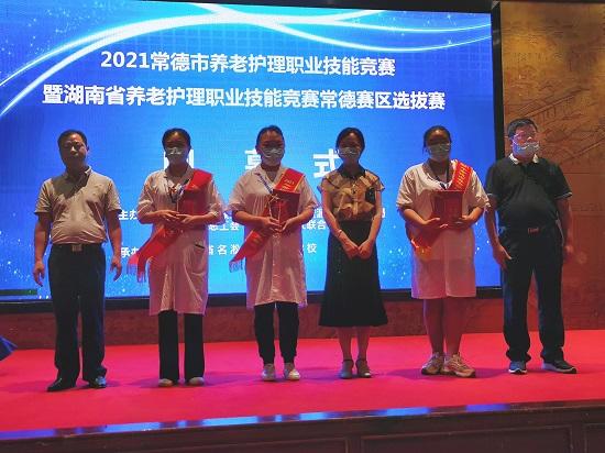 市人力资源和社会保障局、市总工会、市妇联领导为三等奖获得者颁奖