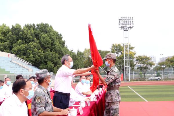 校党委书记高怀荃授军训团团旗