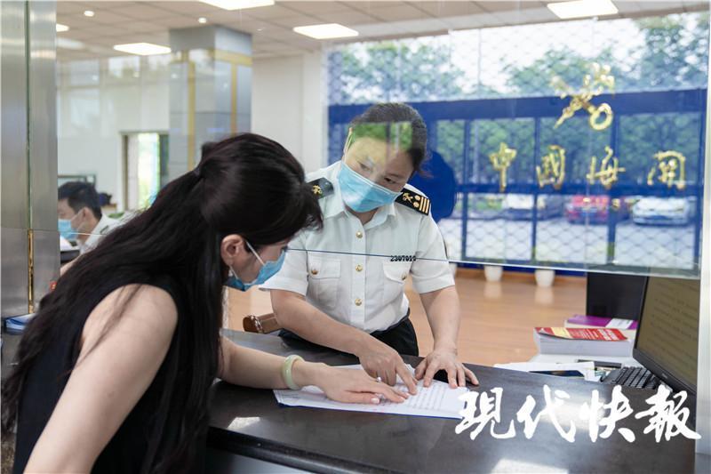 △南通海关关员指导企业开展减免税申报 乔磊摄