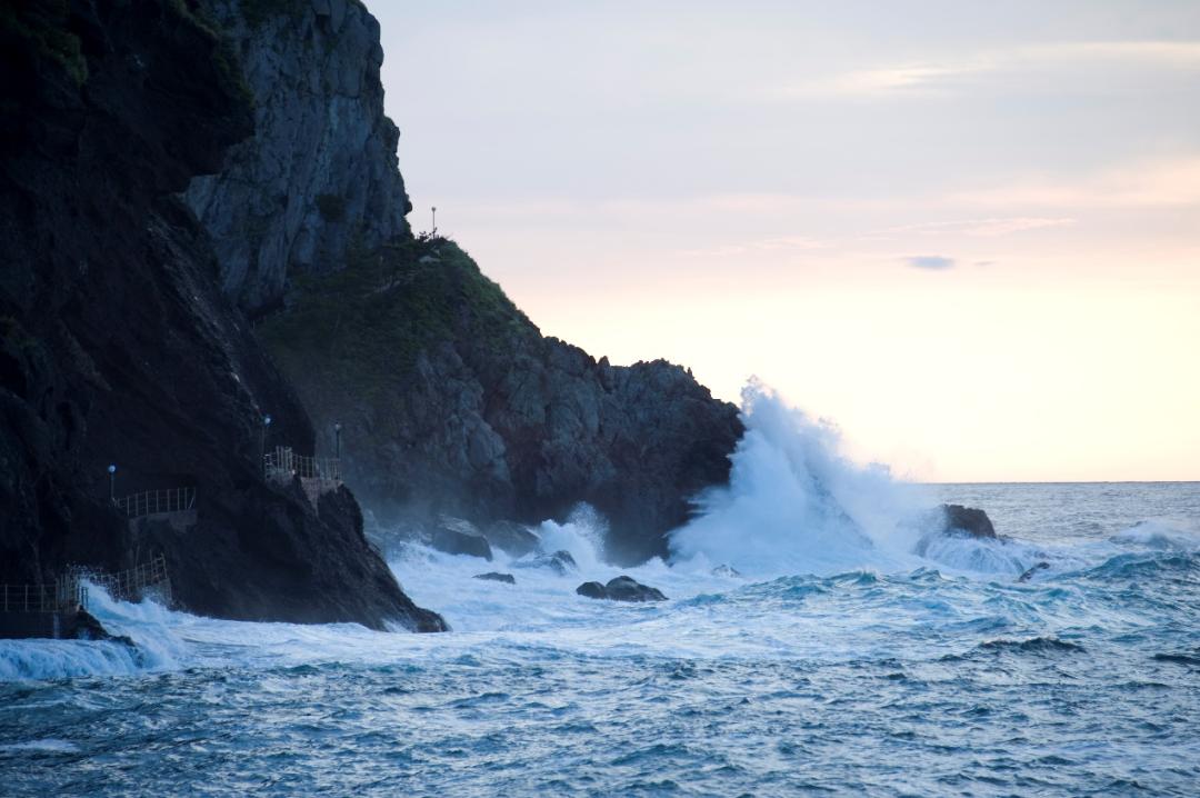 海中耸立的山石