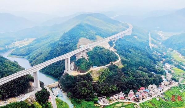 ▲萍莲高速沿途都被绿水青山环绕。
