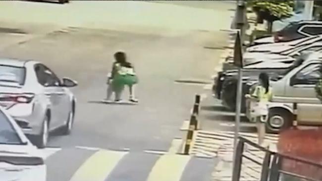 2名小学生冲入车流抱回独行幼儿