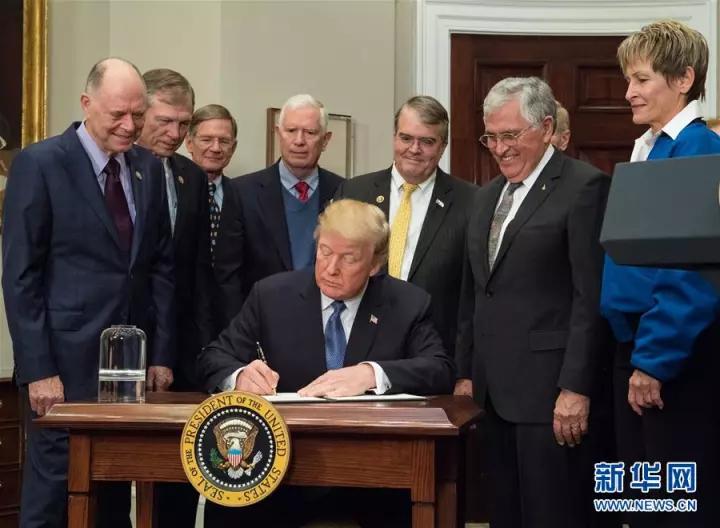 """2017年12月11日,时任美国总统的特朗普(前)签署""""1号太空政策指令"""""""