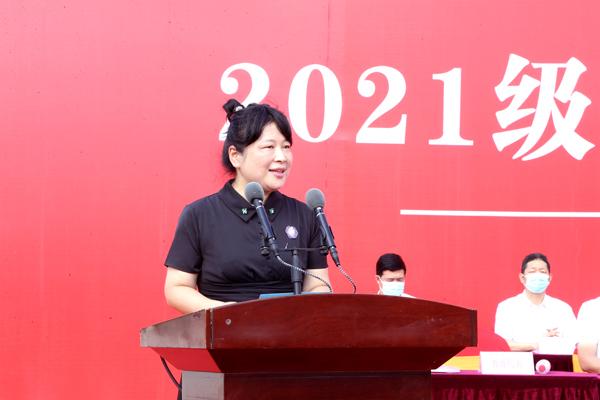 教师代表朱宁宁发言