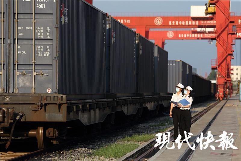 △连云港海关关员正在对中欧班列进行现场查验 林军拍摄