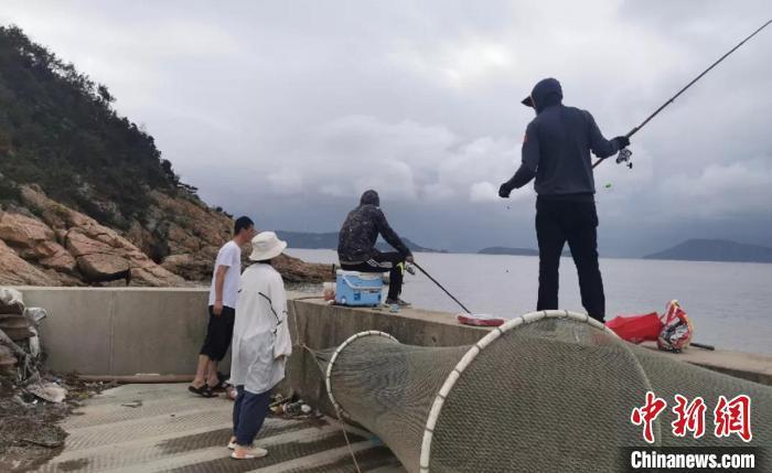 浙江温州洞头工作人员劝离垂钓人员。 潜浩杰 摄