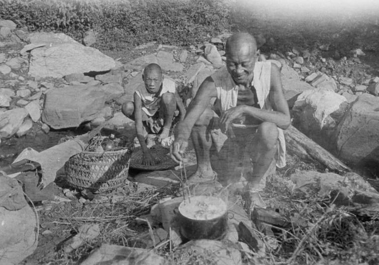 1917年,在路边吃饭的劳工,西德尼·甘博拍摄于四川安县。
