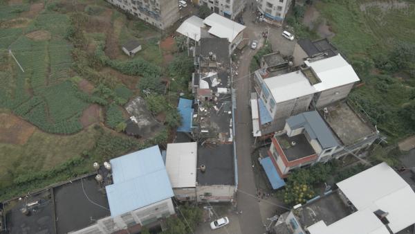 航拍泸县地震后村庄:坍塌的多为老旧房屋