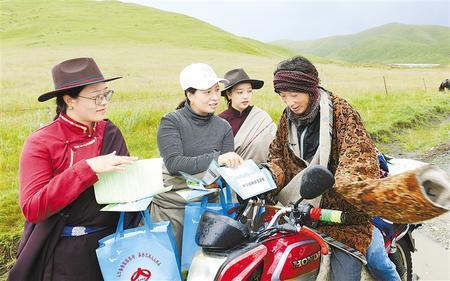 女子宣讲队队员向牧民普及草原科学知识