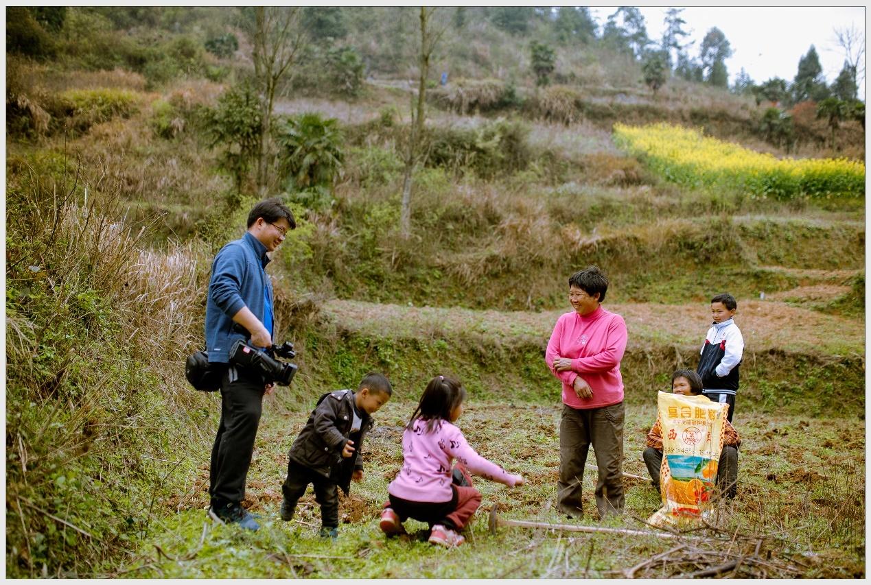 蒋能杰正在拍摄留守儿童。