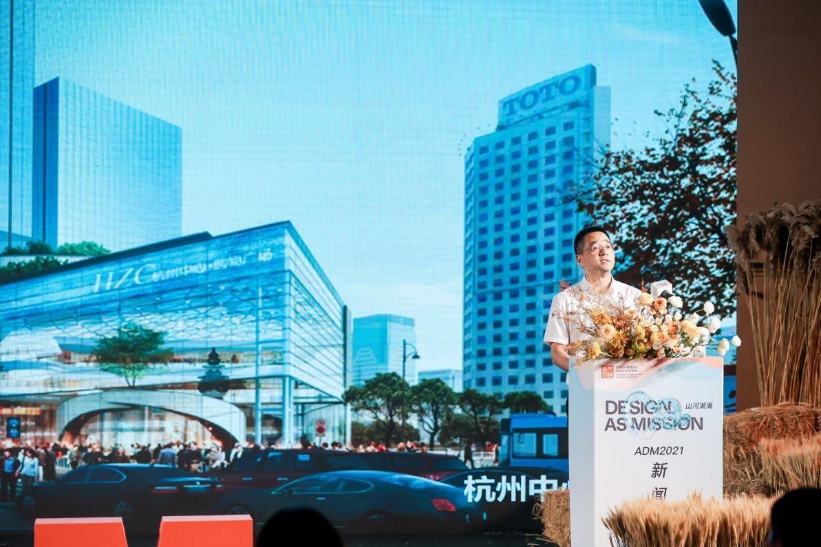 杭州市拱墅区投资促进局党委委员、副局长张驰挺在现场推介拱墅区发展优势