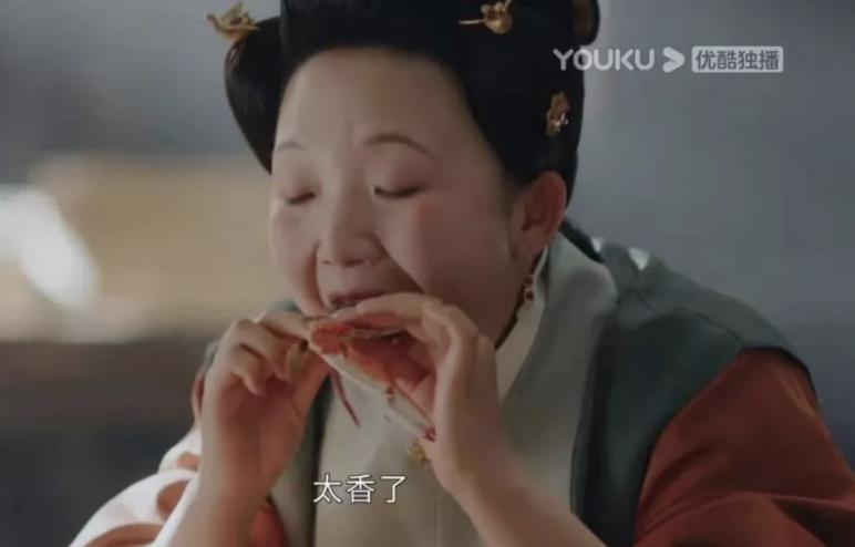 贴秋膘就要吃螃蟹,热播电视剧《玉楼春》中辣目洋子饰演的吴月红正在吃一只大闸蟹。