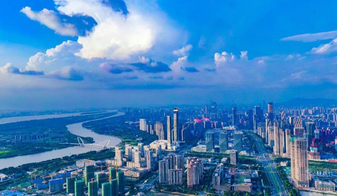 蓝天白云下,蜿蜒曲折的长江映衬着南京城格外美丽。南报融媒体记者 冯芃 摄
