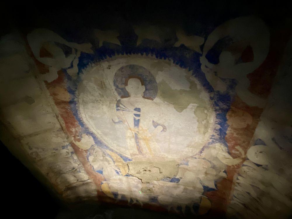"""9月13日,在东京艺术大学美术馆内展示的用""""克隆""""技术复原的阿富汗巴米扬东大佛佛龛上的天井壁画《天空飞翔的太阳神》。新华社记者 郭丹 摄"""