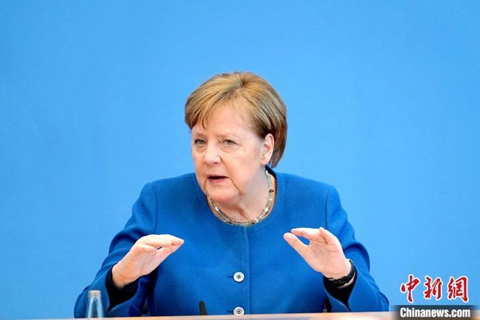资料图:德国总理默克尔临时举行记者会,首度向国民阐述德国政府对疫情的判断以及核心应对策略。她强调,德国的做法是基于不能让医疗体系崩溃这一前提,当前的关键是要减缓病毒传播的速度,政府为此已采取叫停一千人以上的大型活动等措施。<a target='_blank' href='http://www.chinanews.com/'>中新社</a>记者 彭大伟 摄