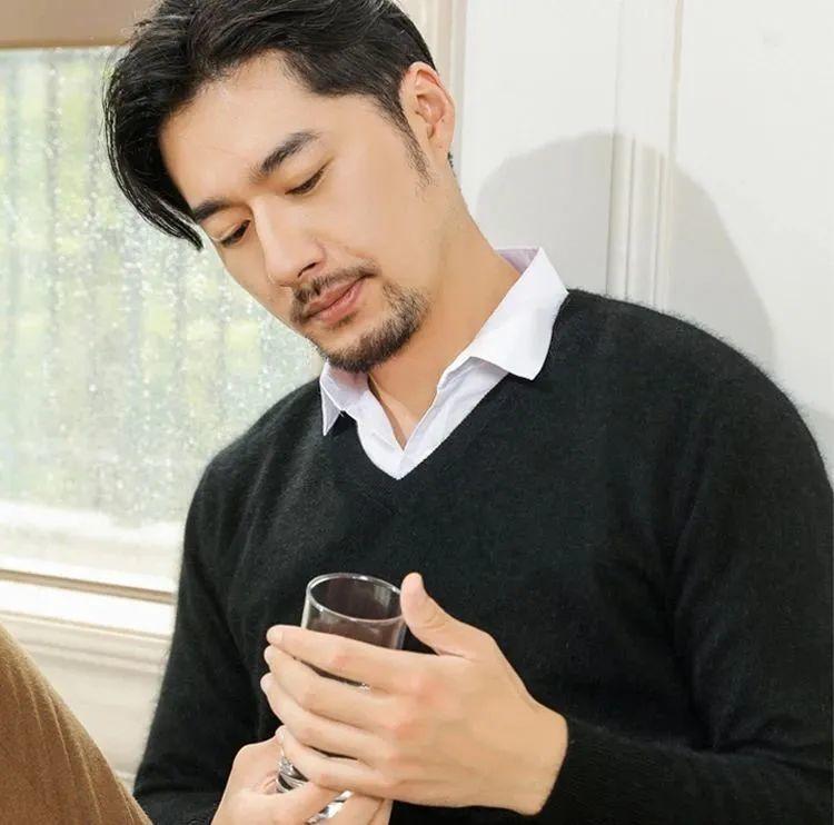 80%女性朋友都認為,會穿針織衫的男人最性感鳳凰網凰家尚品