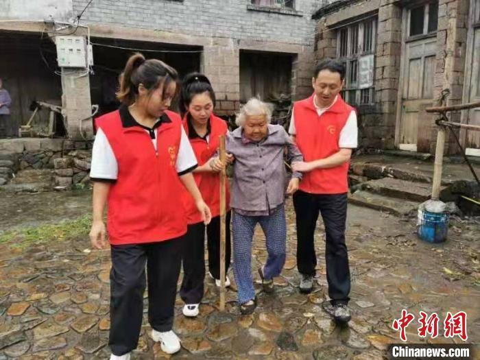 浙江温州苍南赤溪镇转移群众。 赤溪镇供图