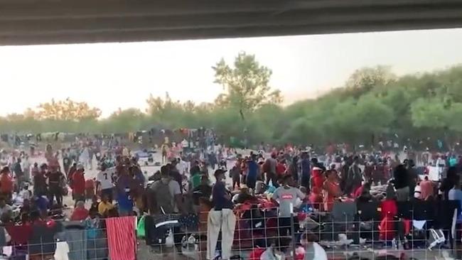 超8千非法移民一夜涌入美国 得州州长:美政府处于完全混乱中