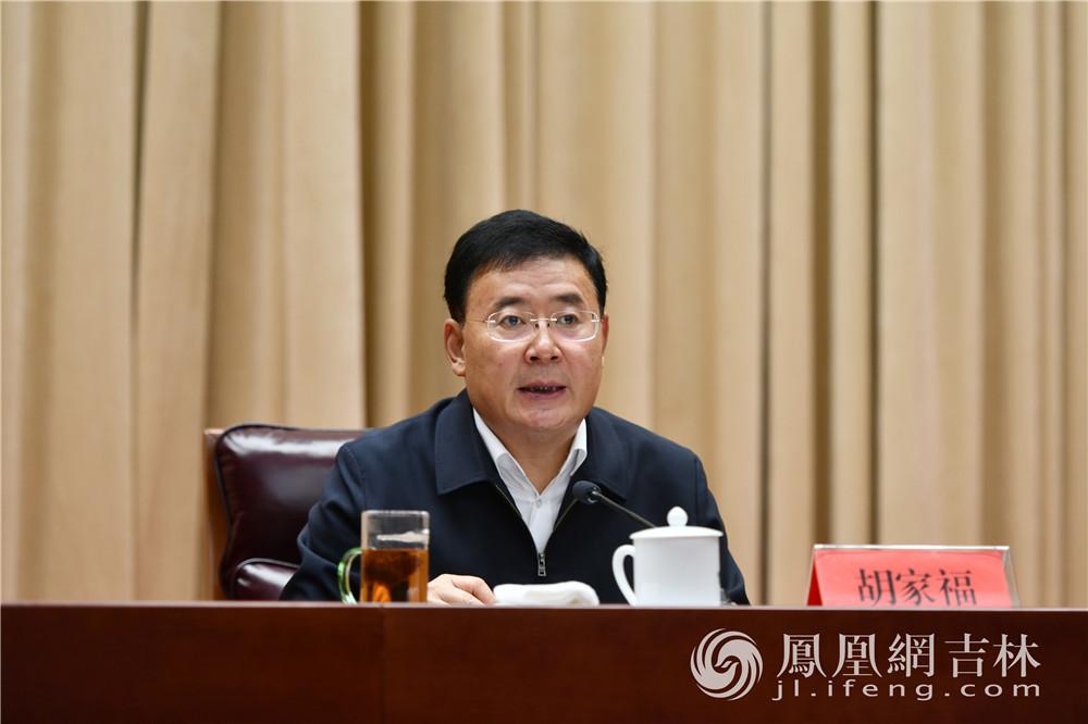 吉林省委常委、省委秘书长胡家福部署会期接待工作。梁琪佳摄