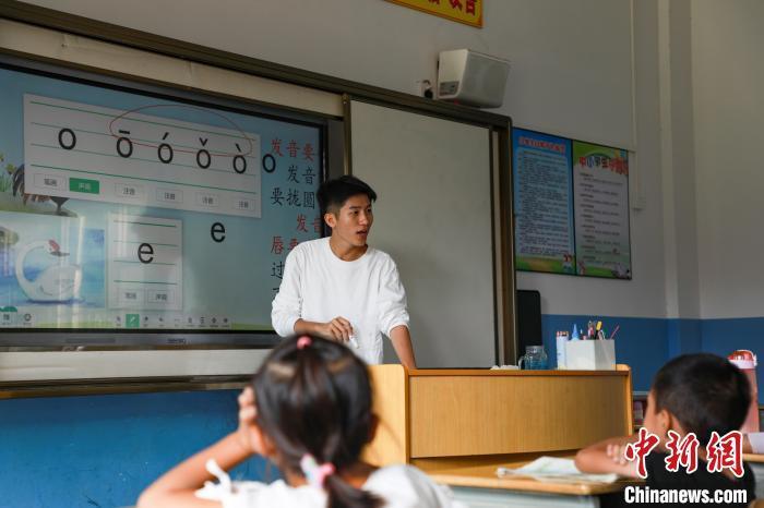 图为赖家益正为学生讲解拼音。 王伟臣 摄