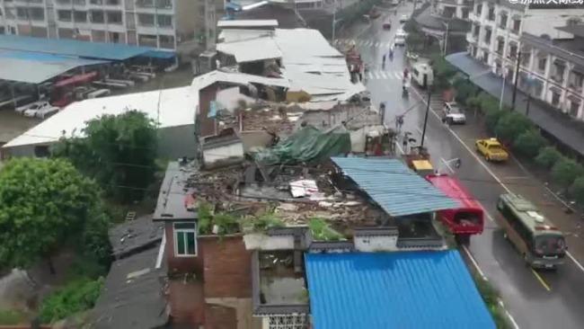 航拍泸州地震震中现状:部分房屋屋顶垮塌 碎石遍地